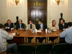 Sergio Abrevaya y seis entidades de consorcistas durante la conferencia de prensa en el Salón Arturo Jaureche.